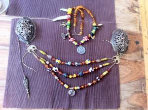 Halsketten und Fibelschmuck