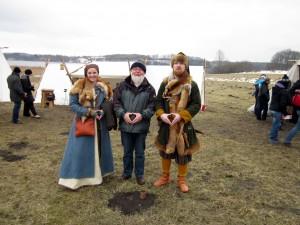 Frenja, Guntur und Arnulf beim Zeigen der Merkelraute