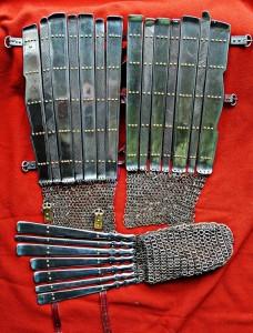 Reproduktion der Arm- und Beinrüstung aus Valsgärde Grab 8 (Copyright Wulfheodnas)